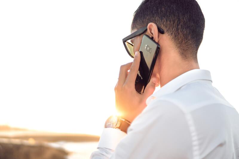 Un hombre habla por un teléfono móvil. Todos los datos recogidos del estudio del Gobierno serán anónimos.