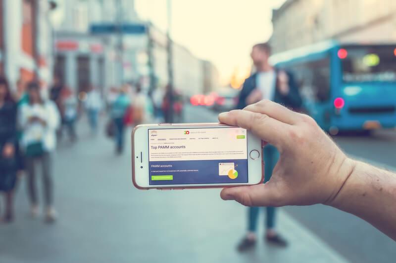 Un usuario usando un teléfono móvil viendo un vídeo en una plataforma de steaming.